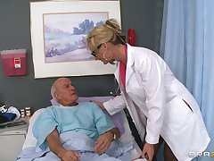 Blonde doctor Phoenix Marie drops their way perpetual around ride a patient